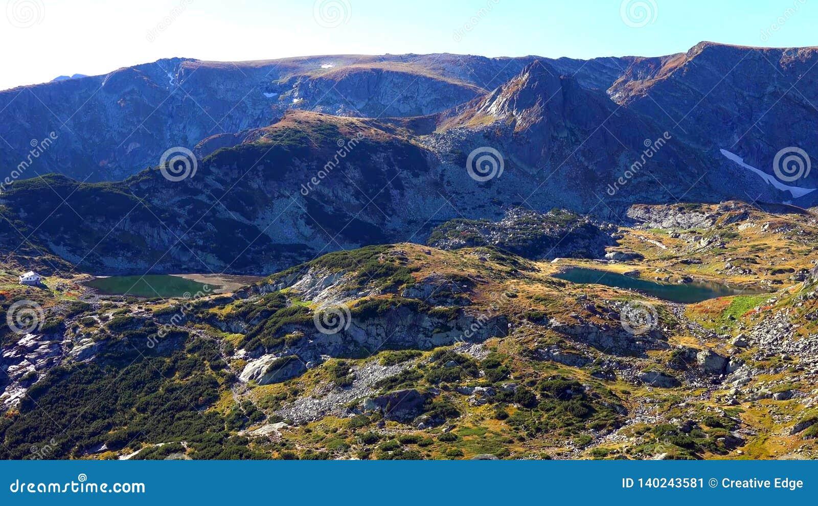 Panorama que sorprende de colinas verdes, de los lagos Rila y del monasterio de Rila, Bulgaria