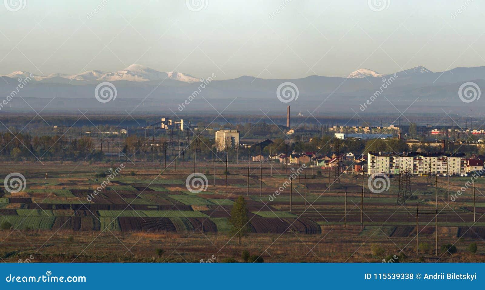 Panorama reservado hermoso de la primavera de campos y de m arados y verdes