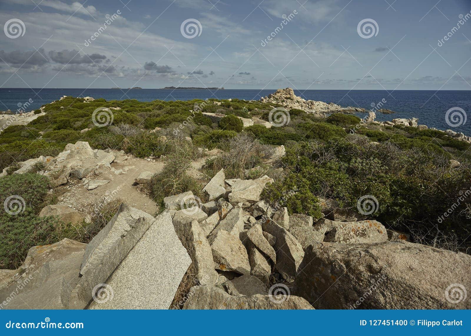 Panorama rocoso de las costas sardas