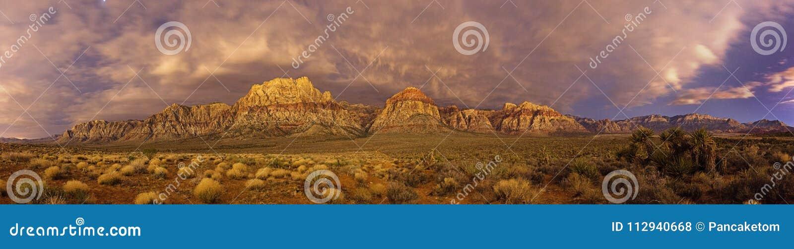 Panorama rojo de la noche de la roca