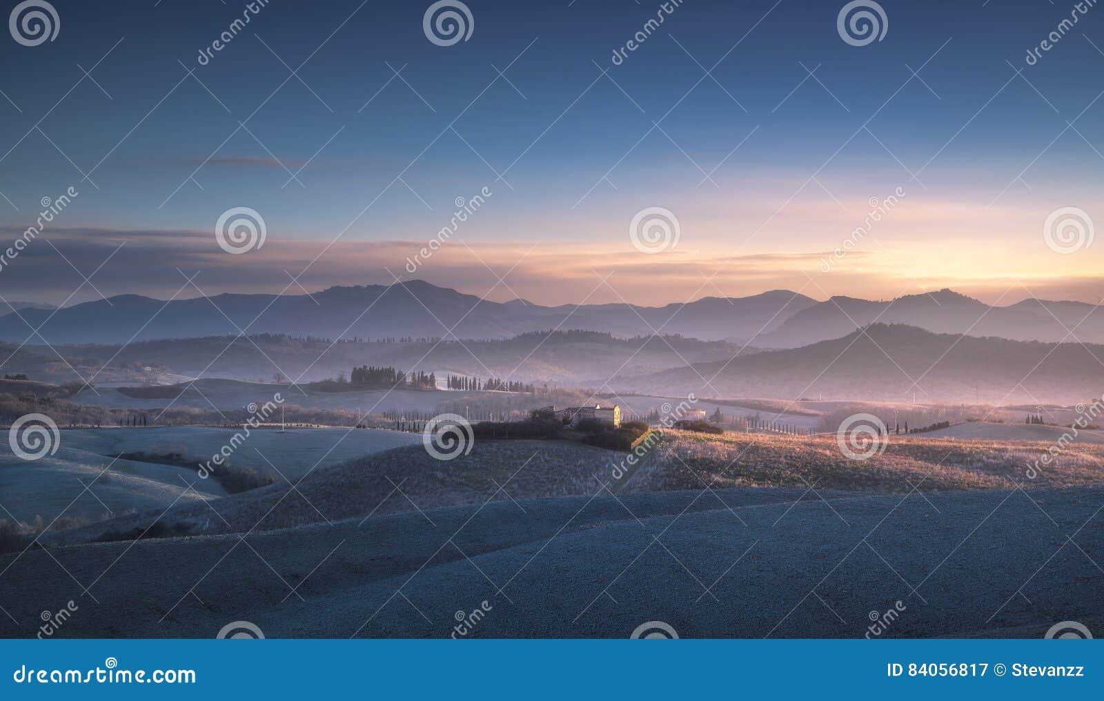 Panorama, Rolling Hills y campos del invierno de Volterra en sunse azul