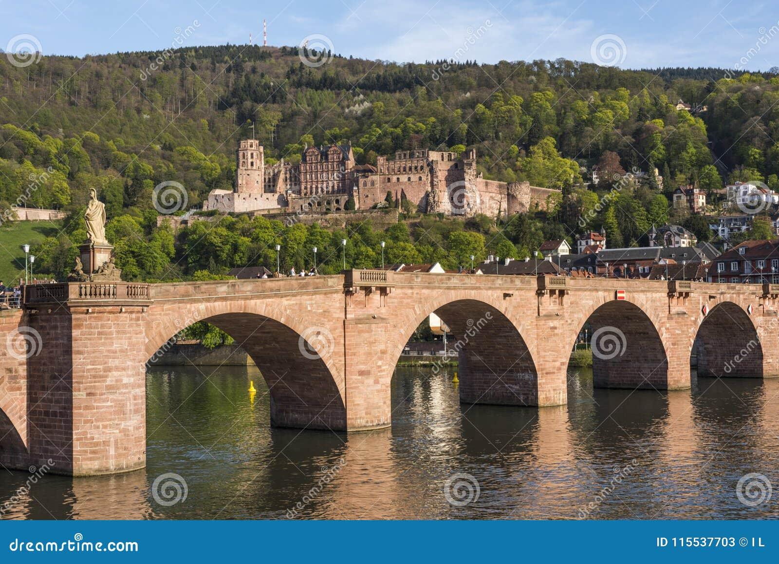 Panorama romantyczny Heidelberg miasto lokalizujący na Neckar rzece - Stary most z Heidelberg kasztelem w tle, Baden-Wuertte