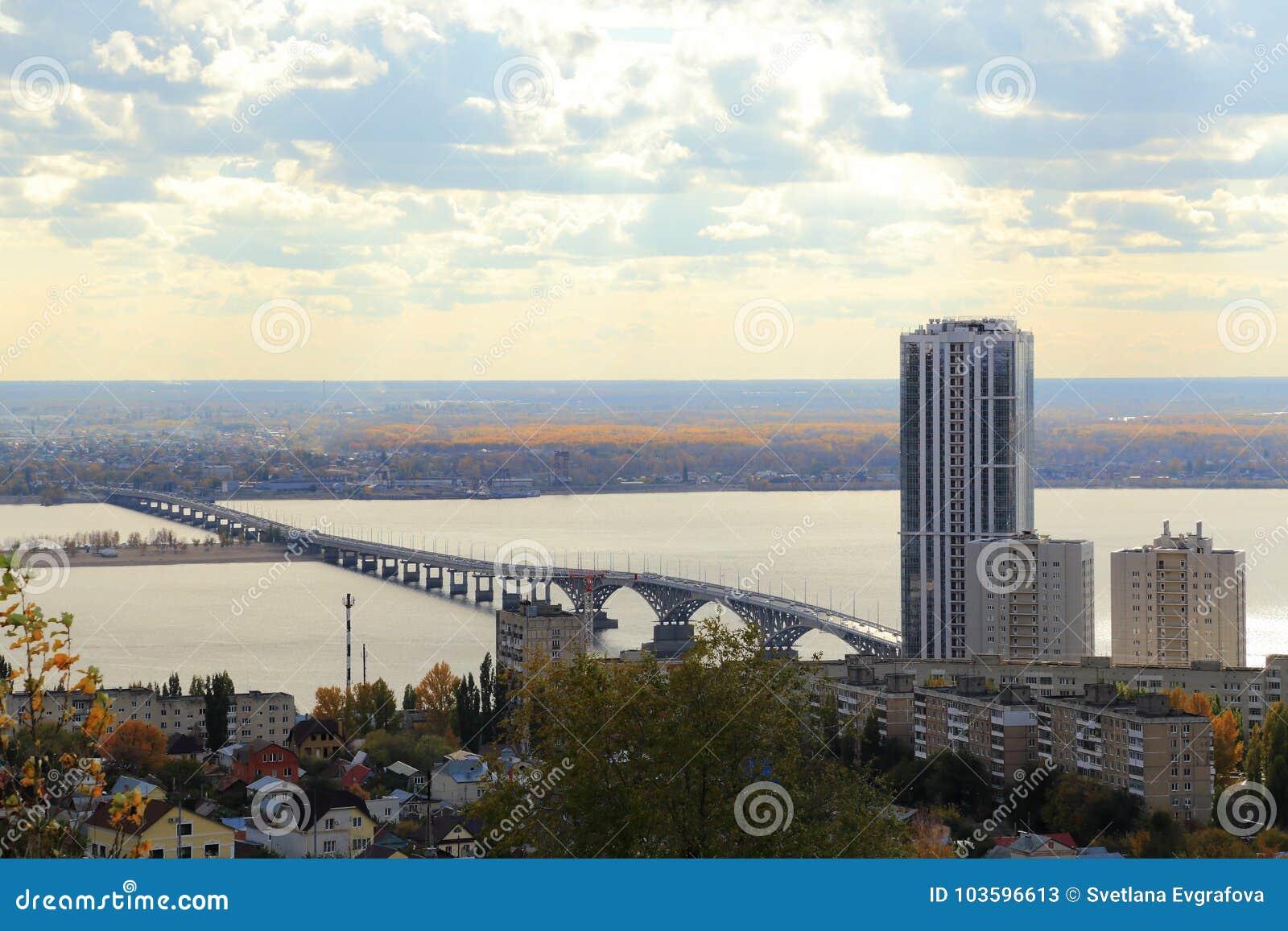 Panorama- saratov för höststad sikt Bro över Volgaen, Saratov-Engels, Ryssland Sikt från det Sokolovaya berget