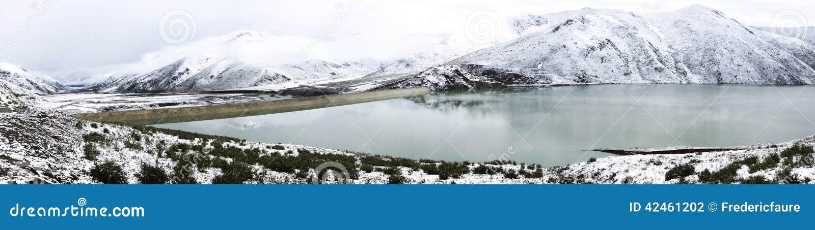 Panorama, See und Schnee in Amdo