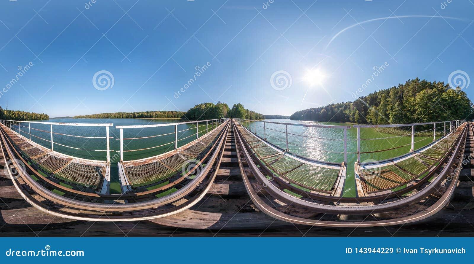 Panorama senza cuciture sferico completo 360 gradi di vista di angolo sulla costruzione della struttura d acciaio del ponte ferro