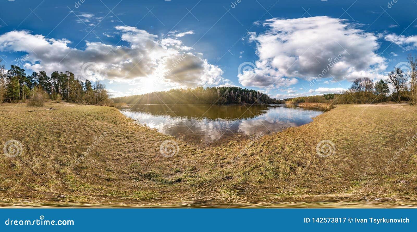 Panorama sferico senza cuciture completo 360 gradi di vista di angolo sulla riva di ampio neman del fiume nella sera con le belle