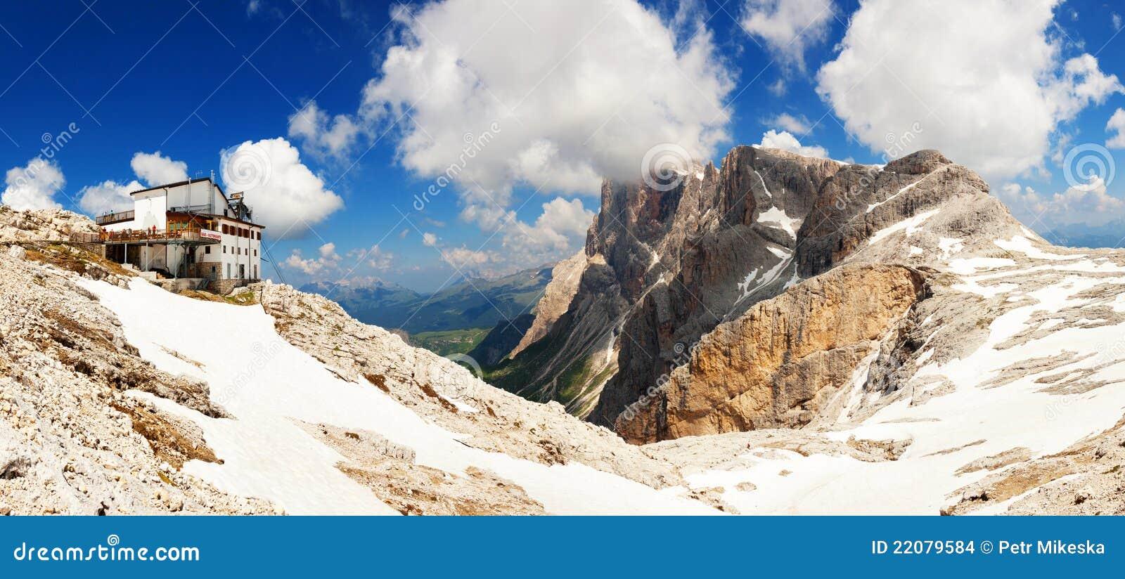 Panorama- sikt av det höga berg i Italien