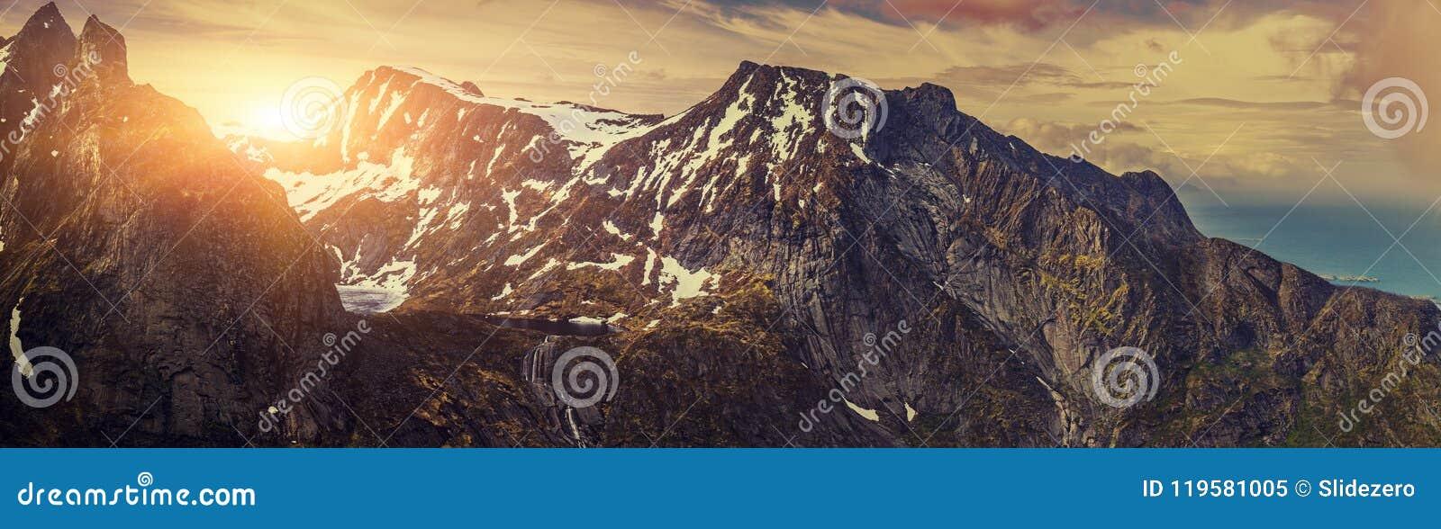 Panorama- skott av den härliga panorama- platsen, berget och fjorden,
