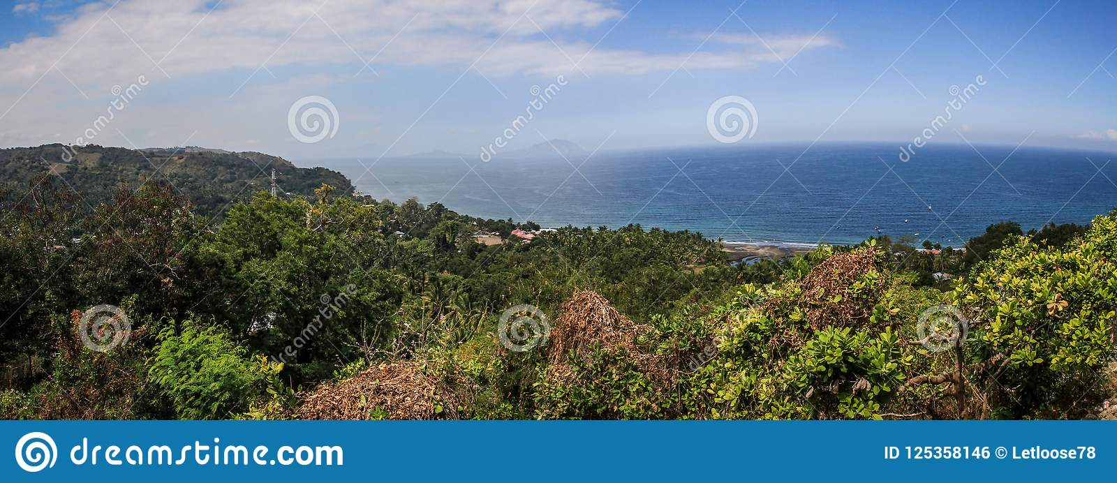 Panorama sulla bella baia vicino al moni, Nusa Tenggara, isola di Flores, Indonesia