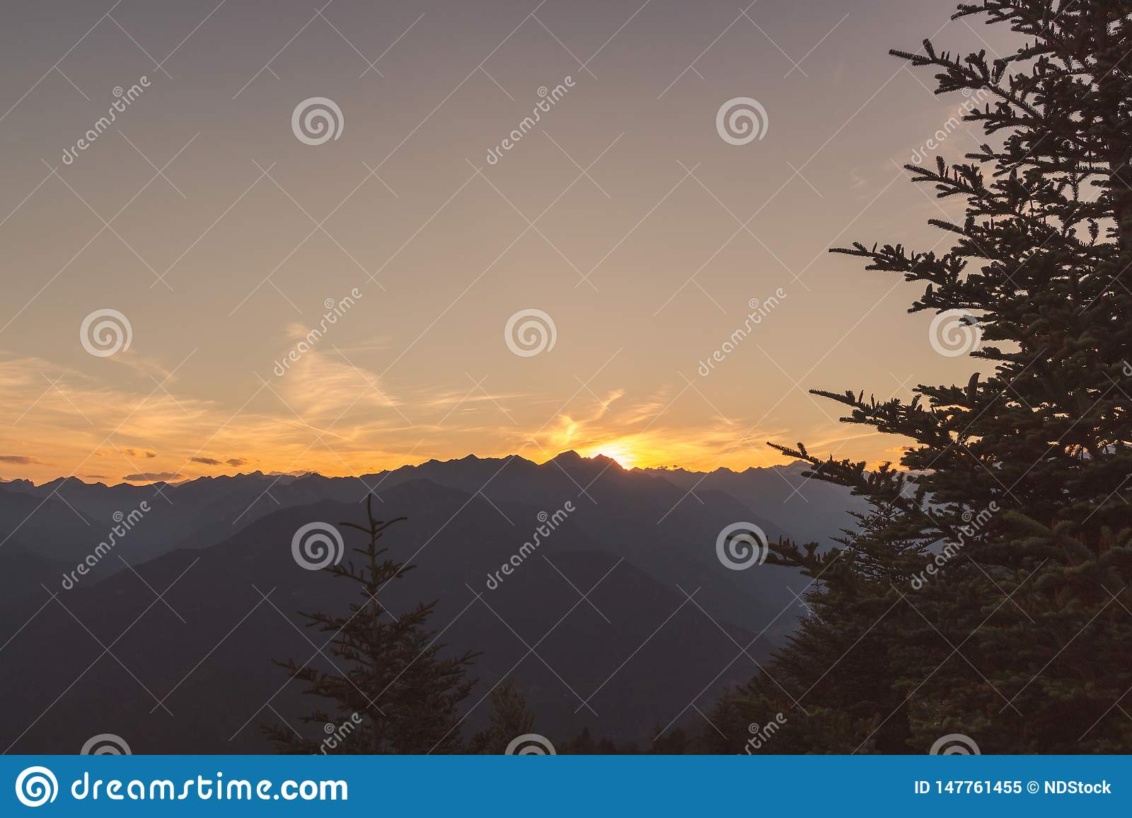 Panorama Terre Di Pedemonte i Centovalli od cimetta podczas zmierzchu