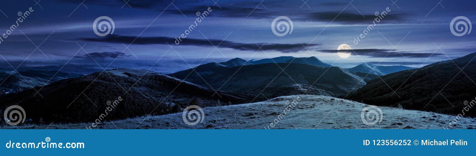 Panorama van bergachtig platteland bij nacht