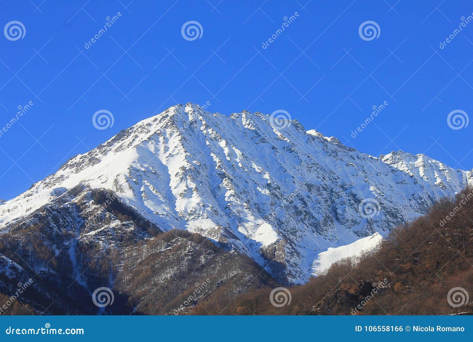Panorama van bergen in een duidelijke dag in de winter