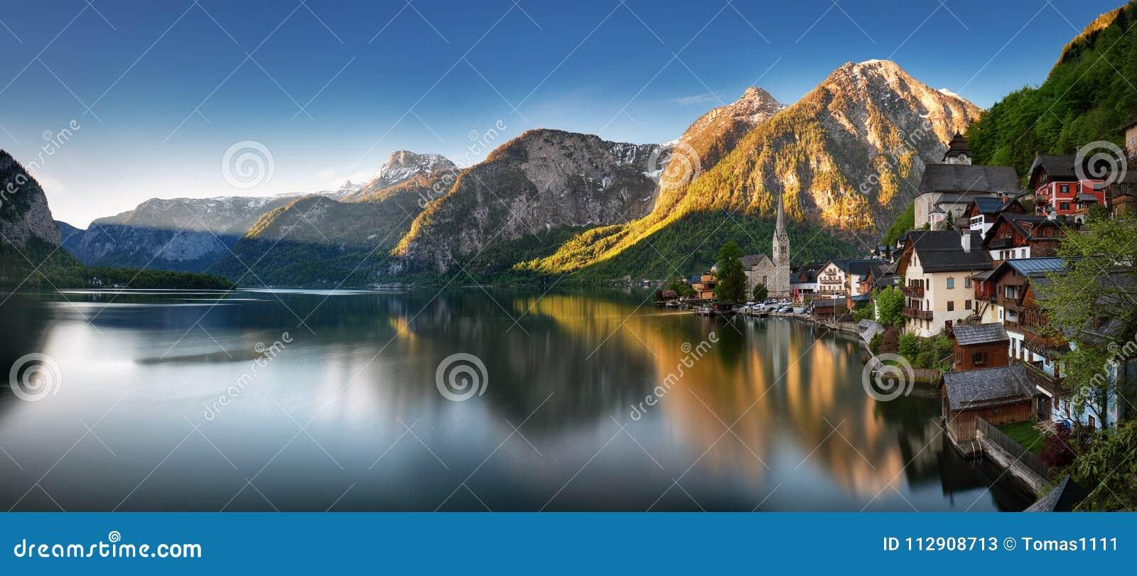 Panorama van Berglandschap in de Alp van Oostenrijk met meer, Hallsta