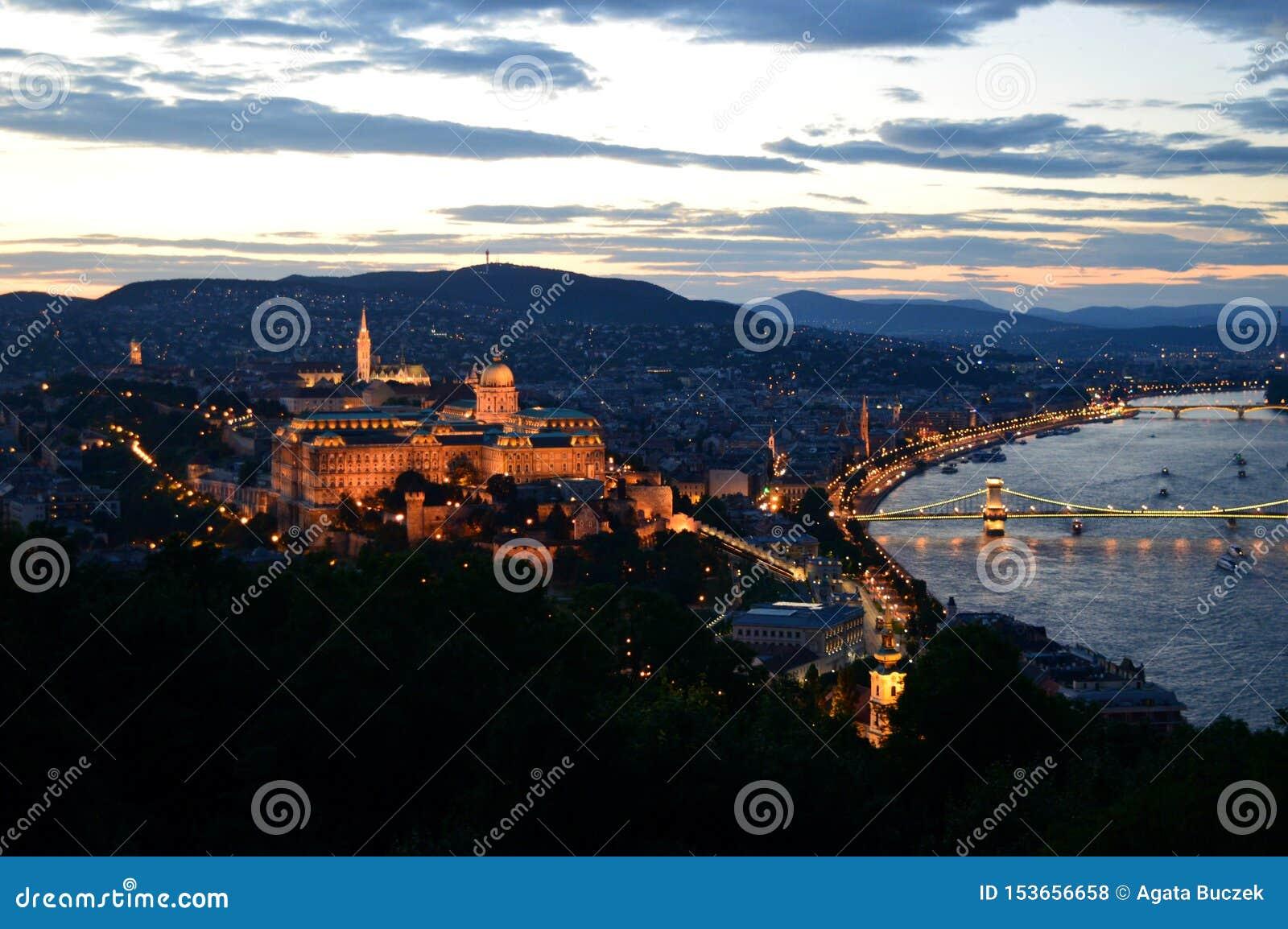 Panorama van Boedapest, Hongarije bij zonsondergang