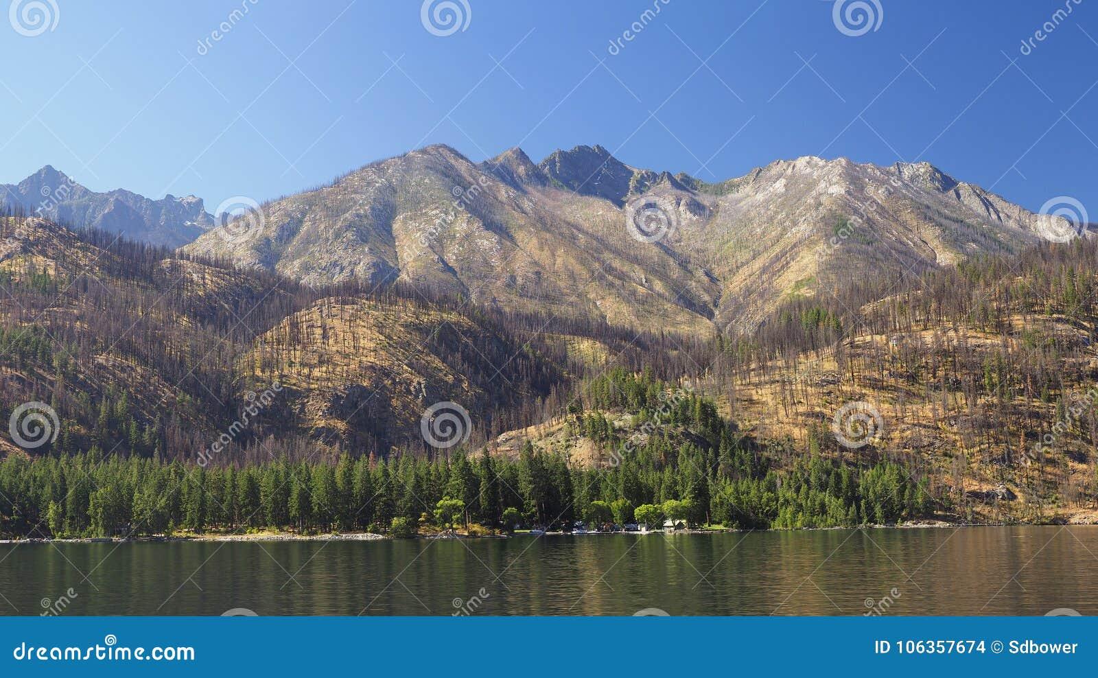 Panorama van de Bergen die Meer Chelan, Washington omringen
