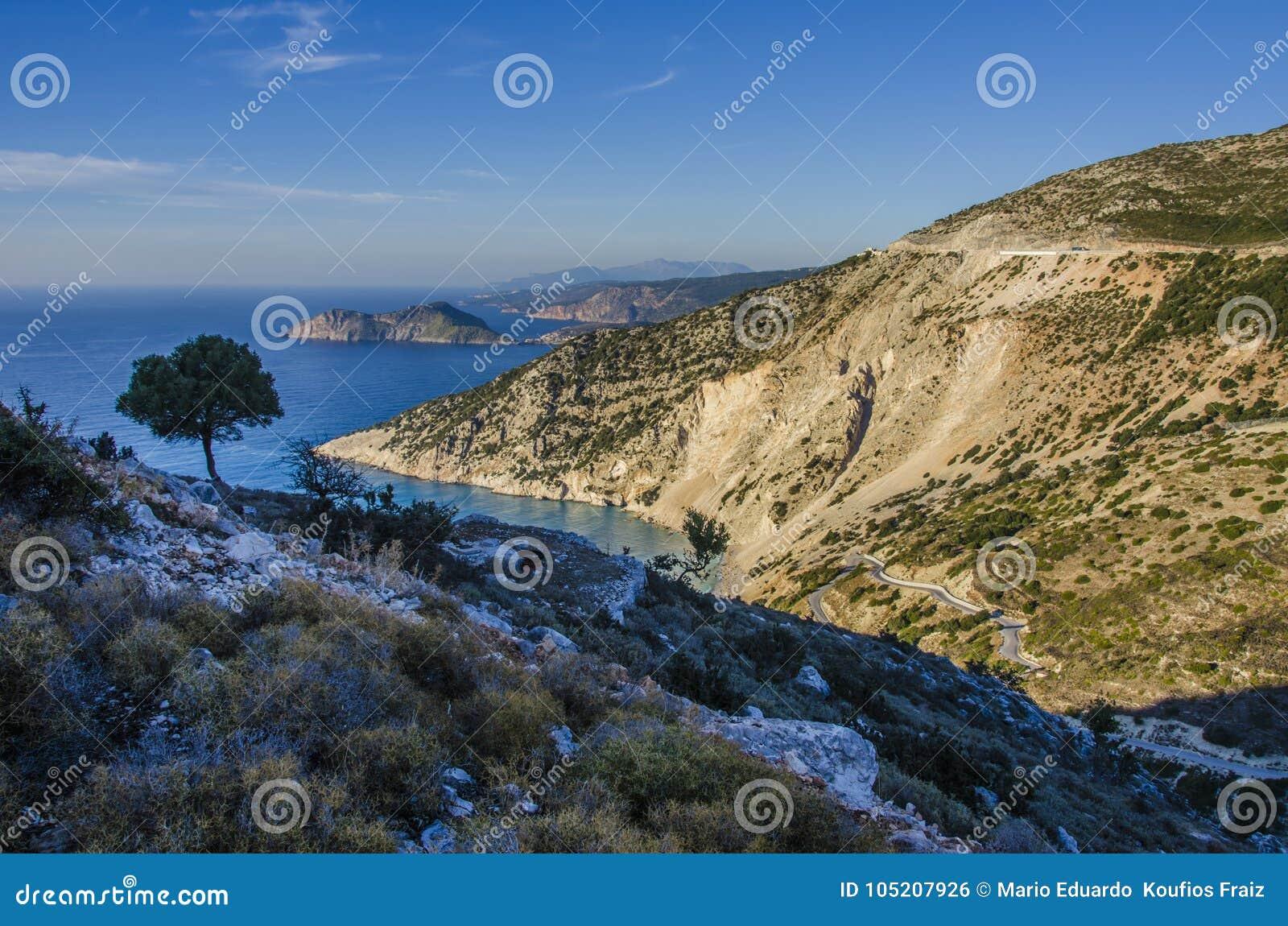 Panorama van de bergen en de kust van Kefalonia