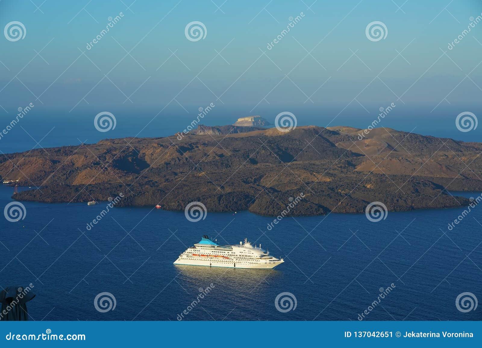 Panorama van de Caldera met cruiseschip in Santorini