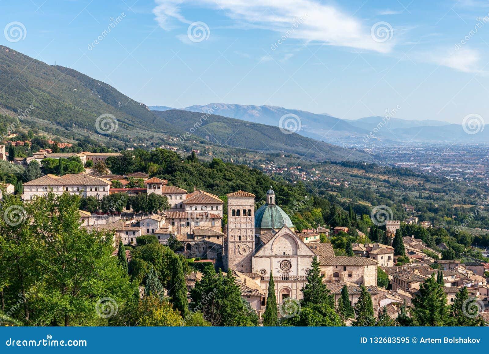 Panorama van de historische stad van Assisi en heuvels van Umbri