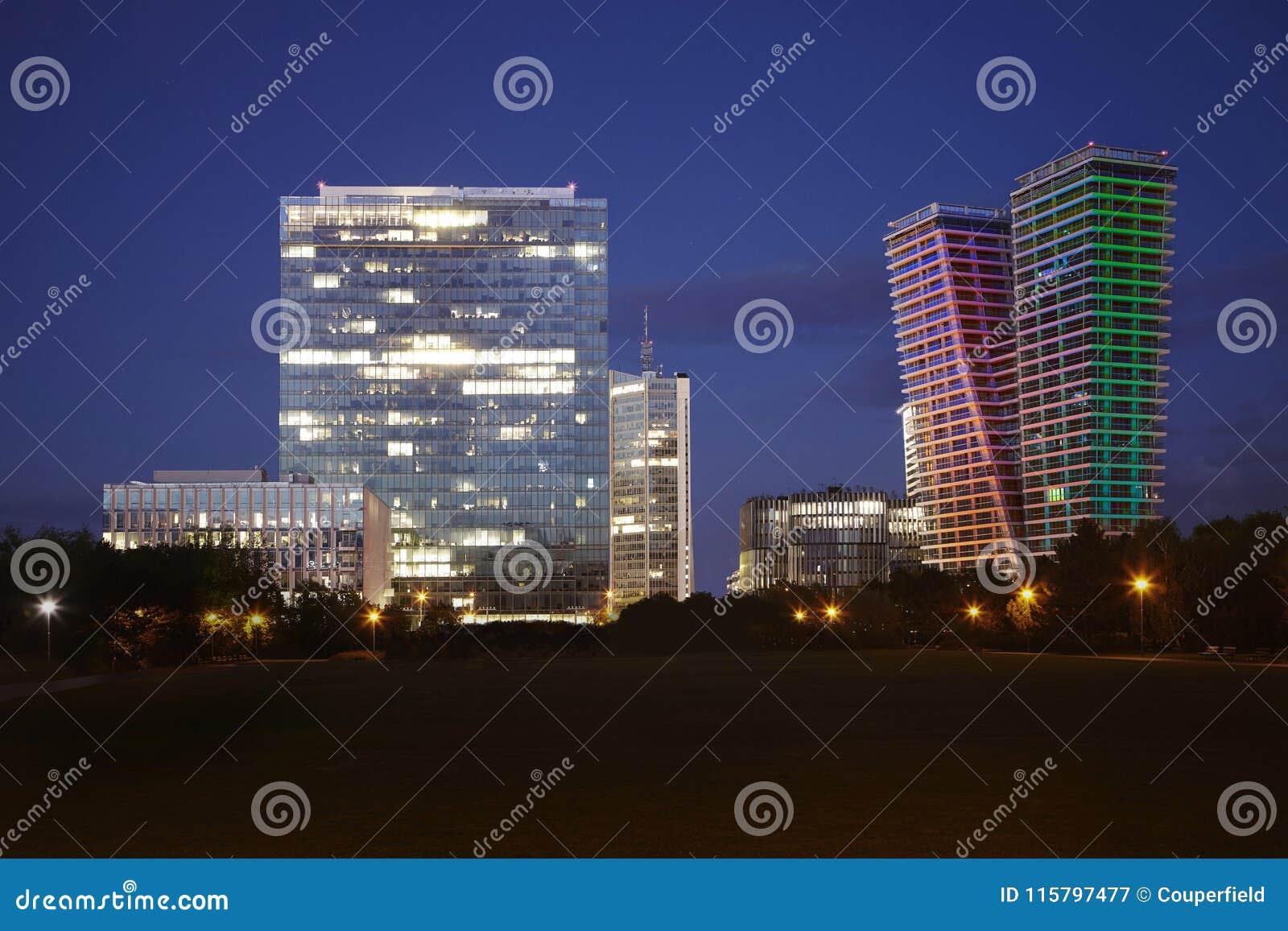Panorama van de horizon van Praag van Pankrac de stad in met verscheidene bedrijfsgebouwen