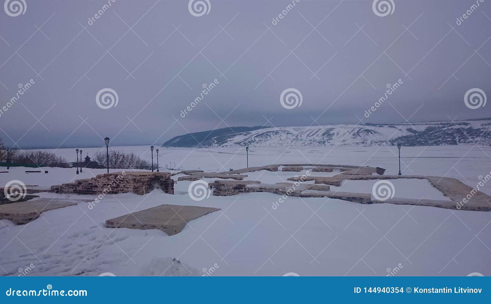 Panorama van de kust van het eiland Sviyazhsk op het ijs in de winter Sviyazhskdorp, Republiek Tatarstan, Rusland