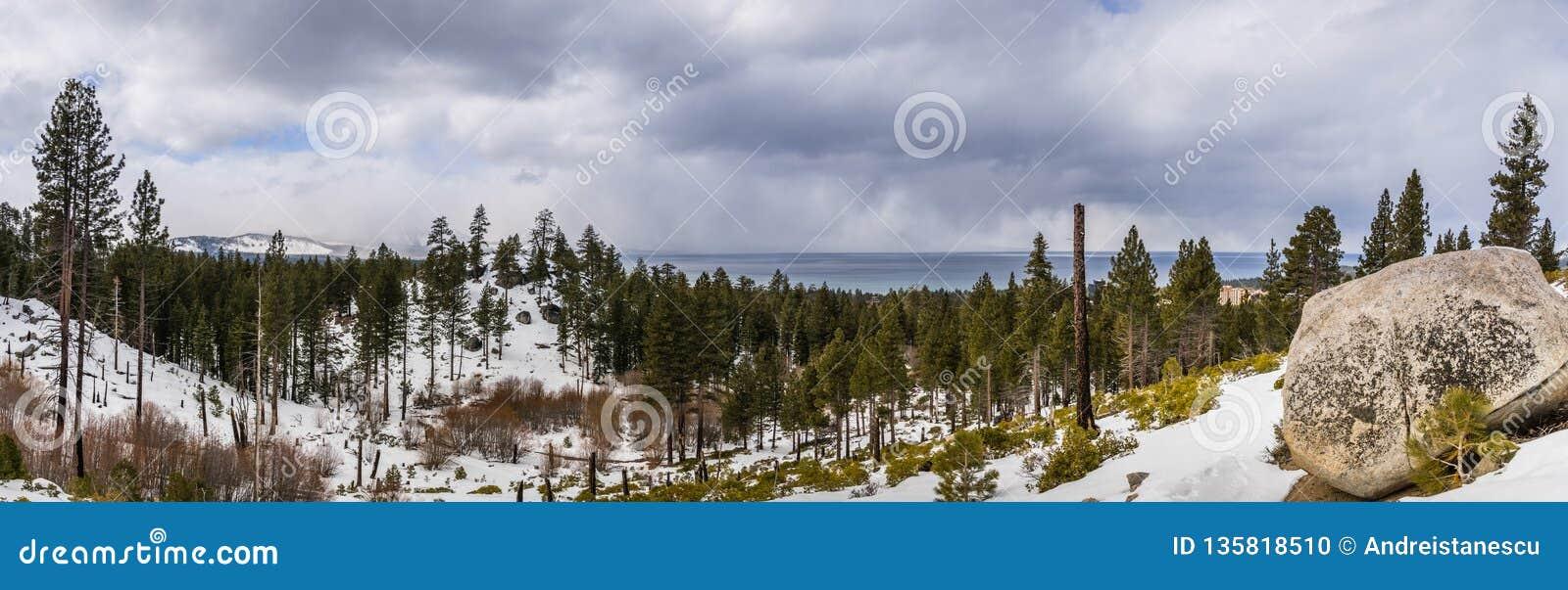 Panorama van de Siërra Bergen, Meer Tahoe op de achtergrond op een bewolkte dag; Van Sickle Bi-State Park; Californië en