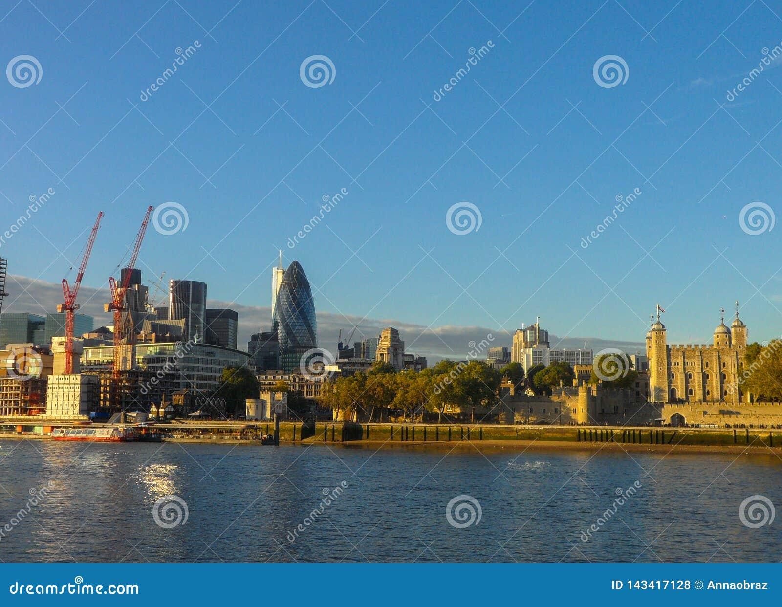 Panorama van de stad van Londen Weergeven van de linkeroever van Londen, van de rechteroever van de Theems