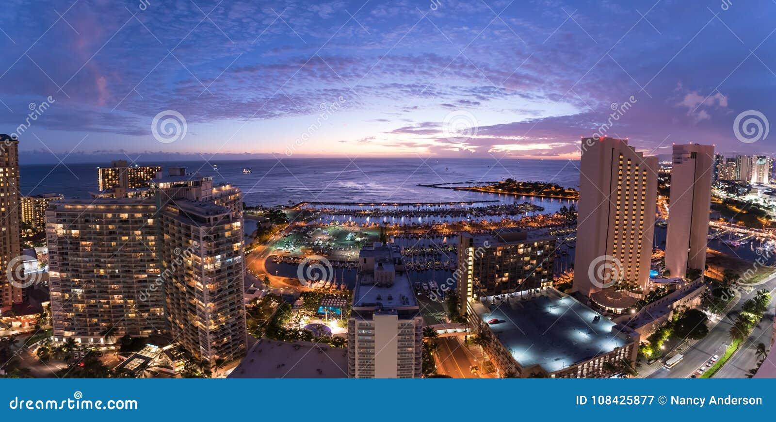 Panorama van de Waikiki-Nachthemel bij Zonsondergang