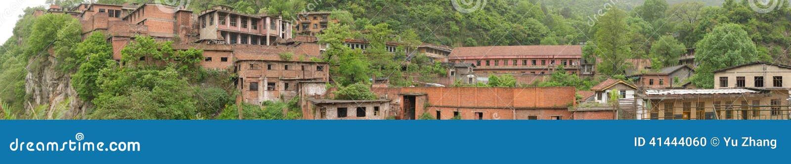 Panorama van een verlaten Chinese gevangenis in de berg