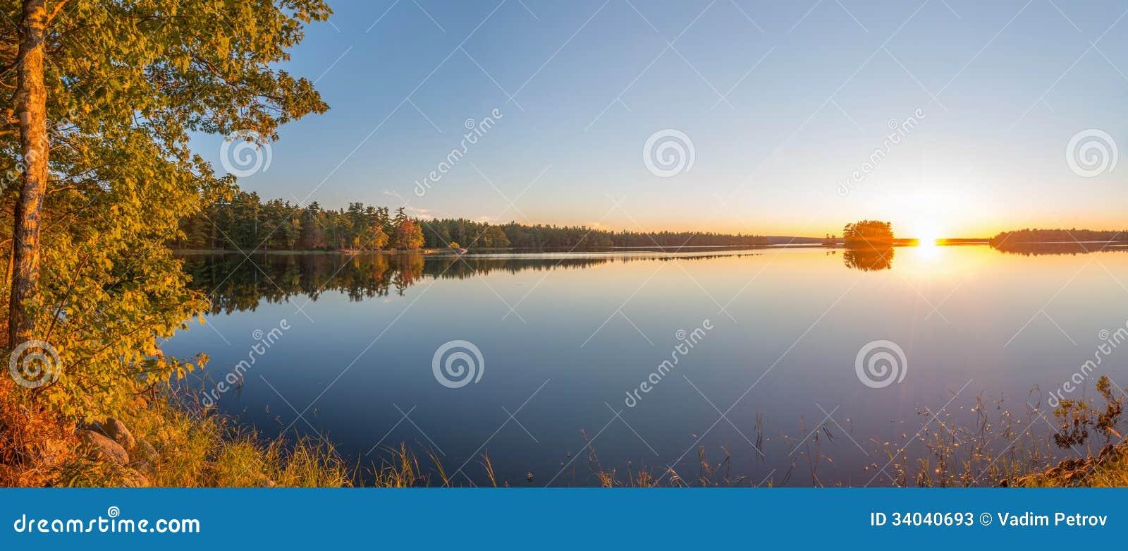 Panorama van een zonsondergang op een meer