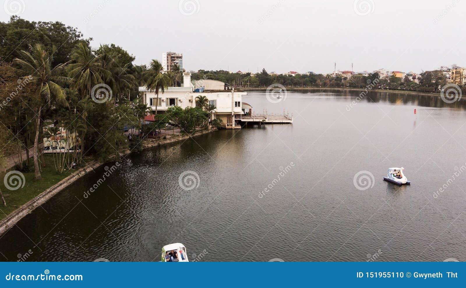 Panorama van het huis die op het meer drijven