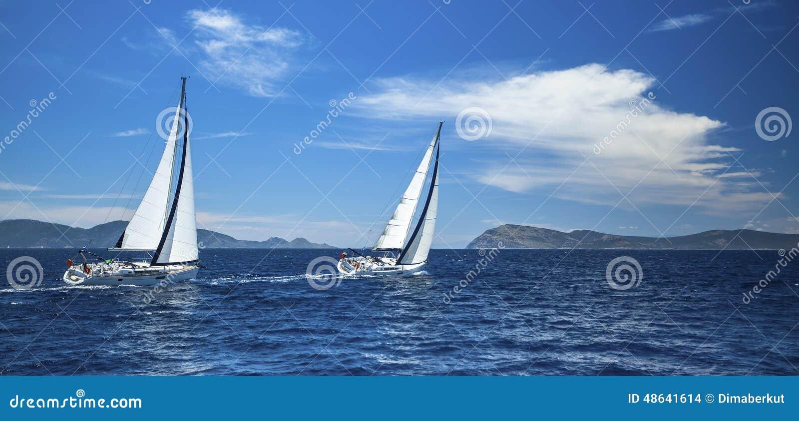 Panorama van het jachtras in de open zee sailing