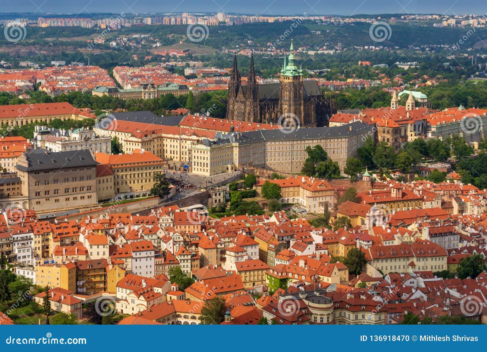 Panorama van het kasteel van Praag, St Vitus Cathedral en oude stad van hierboven, Tsjechische Republiek