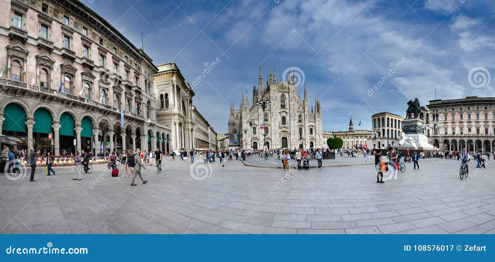 Panorama van Kathedraal en Piazza del Duomo in Milaan, Italië