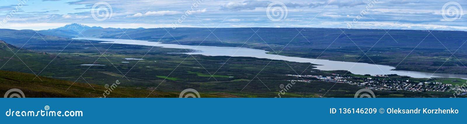 Panorama van Lagarfljot-meer in Oostelijk IJsland