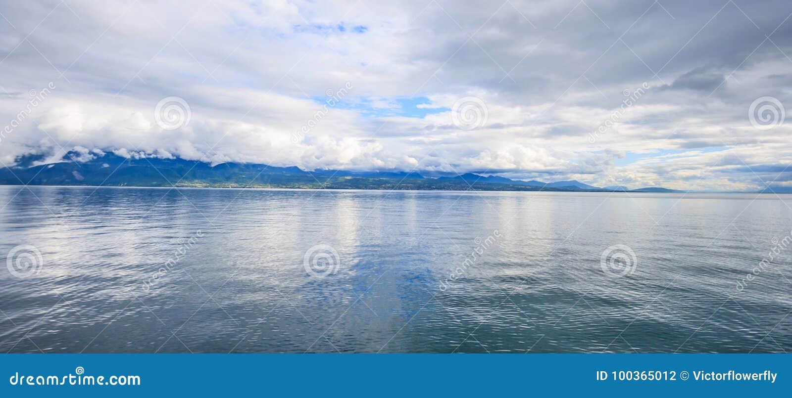 Panorama van Meer Genève, één van Zwitserland ` s de meeste gekruiste meren in Europa, Vaud, Zwitserland Ontwerp voor achtergrond