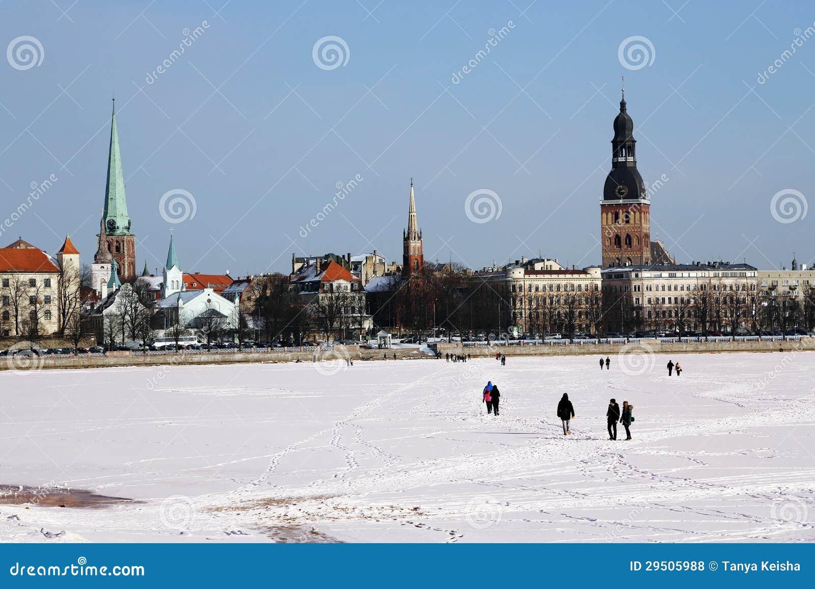 Panorama van Oude Stad van de snow-bound rivier Daugava.