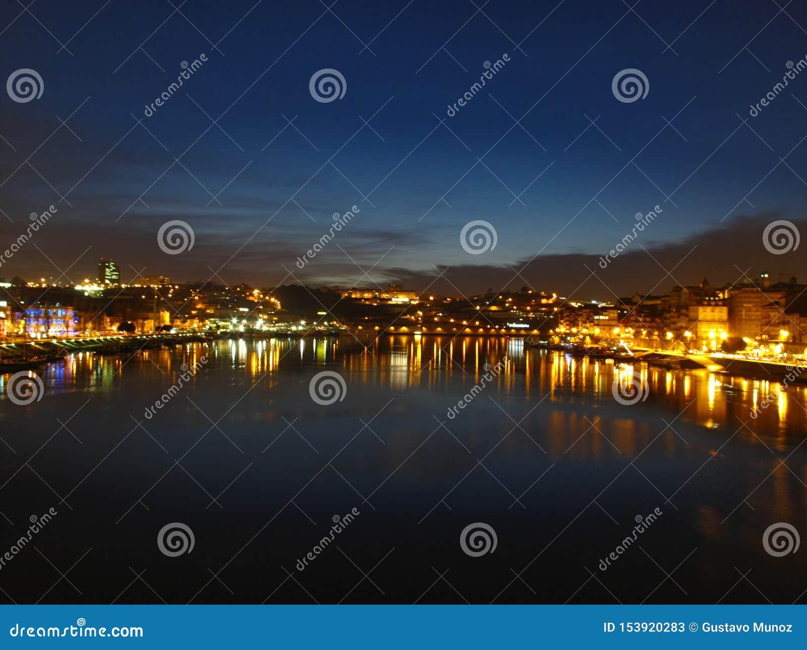 Panorama van Porto van Luis I brug bij nacht