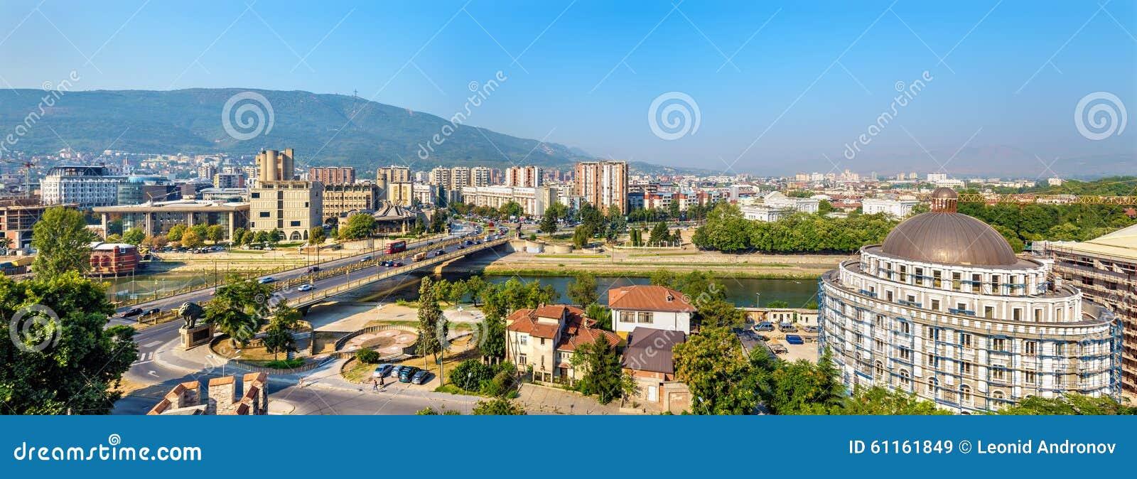 Panorama van Skopje van de vesting