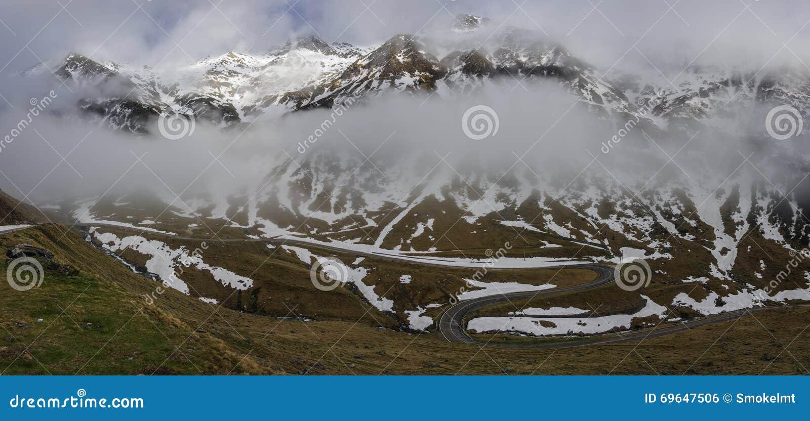 Panorama van Transfagarasan-Weg dat Fagarasi Mounta kruist