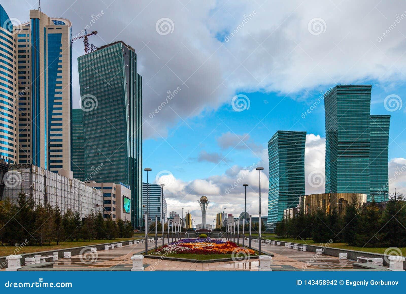 05 10 2011 Panorama van Wolkenkrabbers op het administratieve en cultuurcentrum van Nur-Sultan Astana, Kazachstan