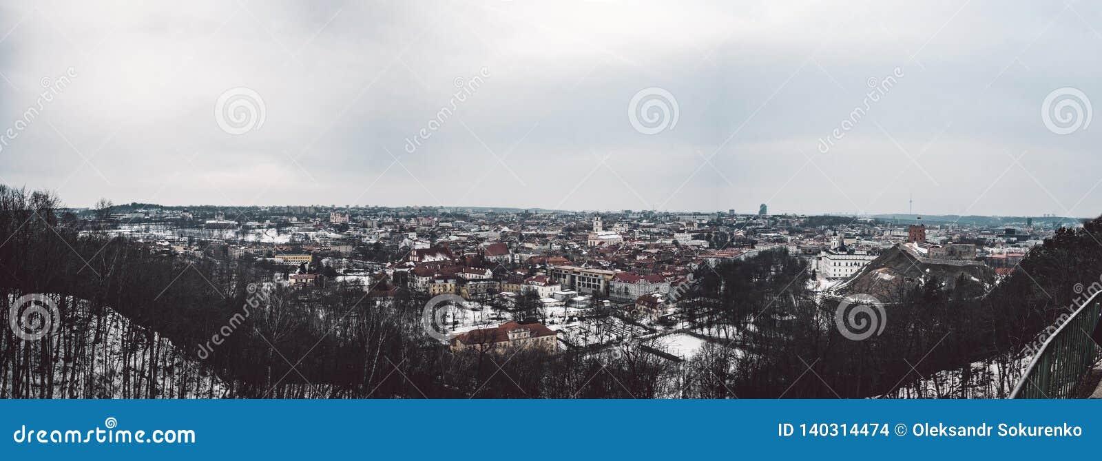 Panorama velho da cidade de Vilnius Boa vista na cidade