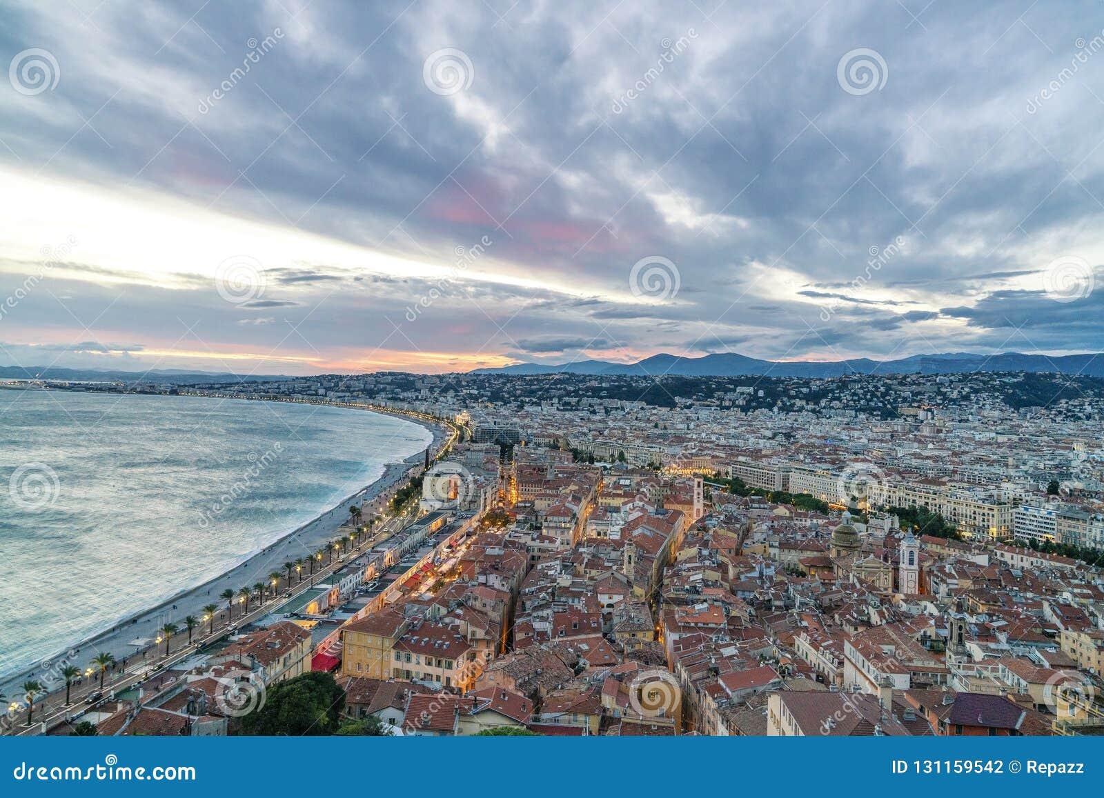 Panorama velho da cidade em agradável, França