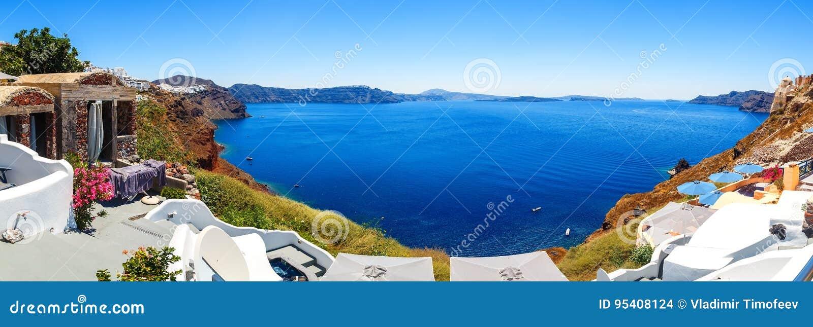Panorama von Fira, moderne Hauptstadt der griechischen ägäischen Inseln, Santorini, mit Kessel und Vulkan, Griechenland