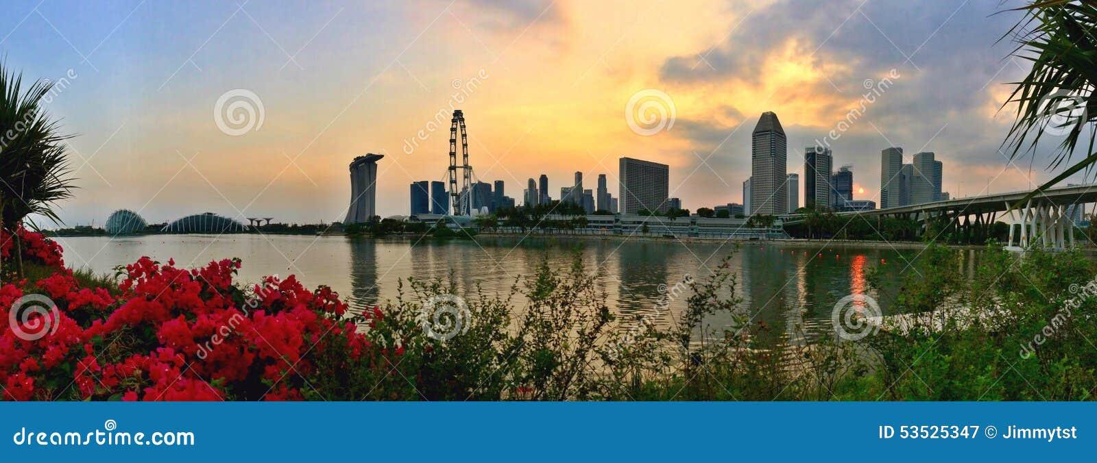 Panorama von Gärten durch die Bucht- und Singapur-Stadt