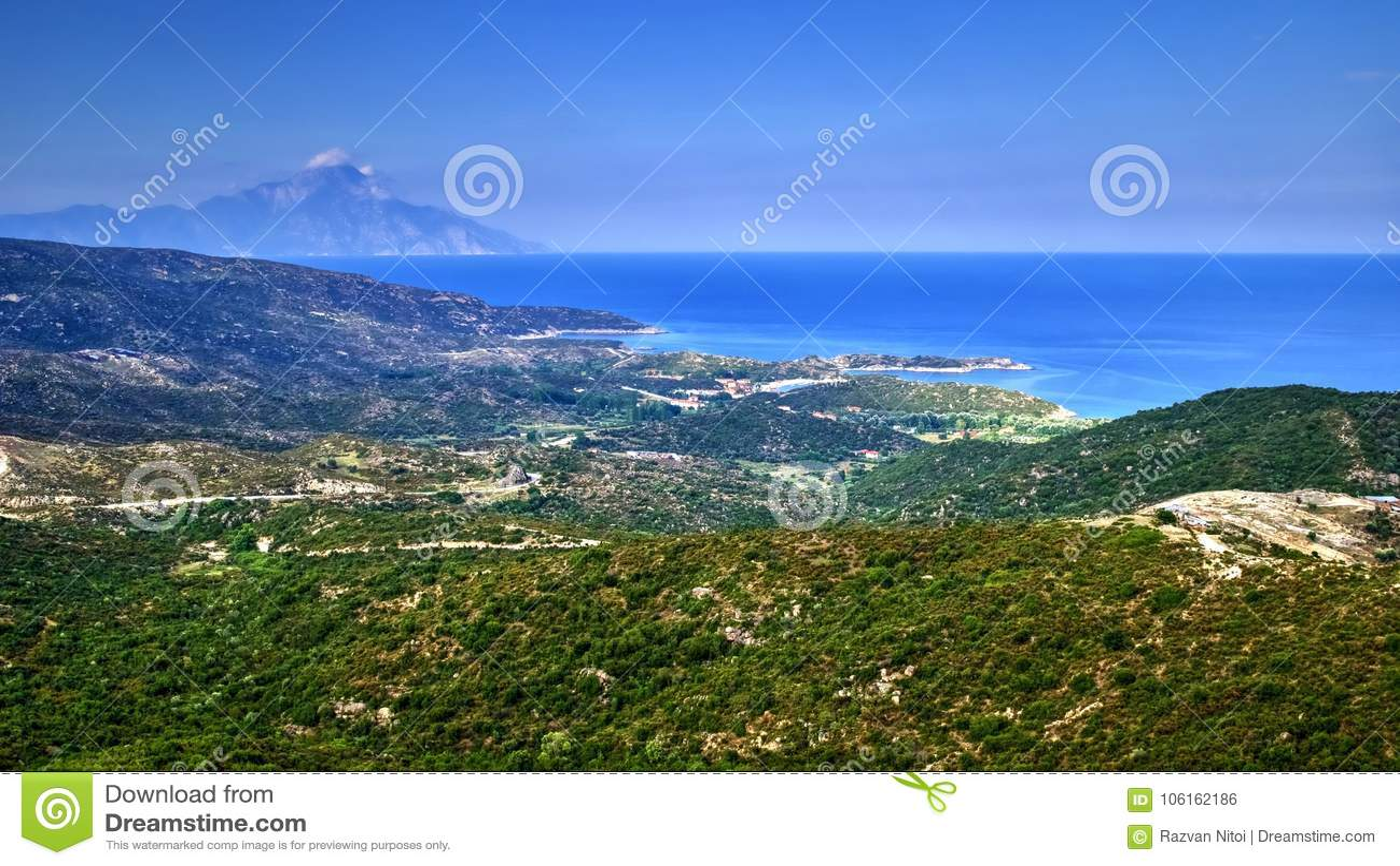 Panorama von griechischen Hügeln, von Meer und von Athos-Berg
