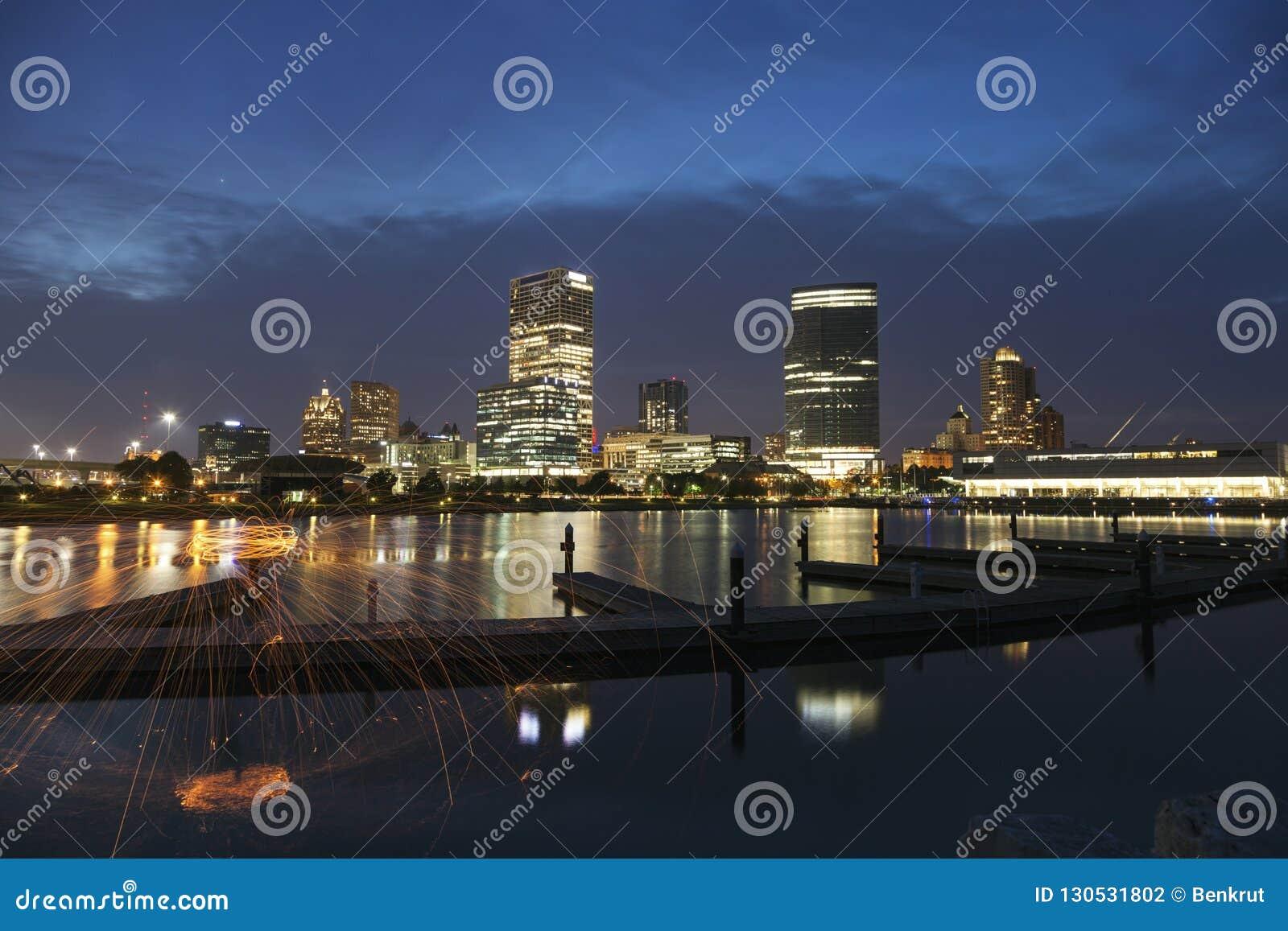 Panorama von Milwaukee nachts