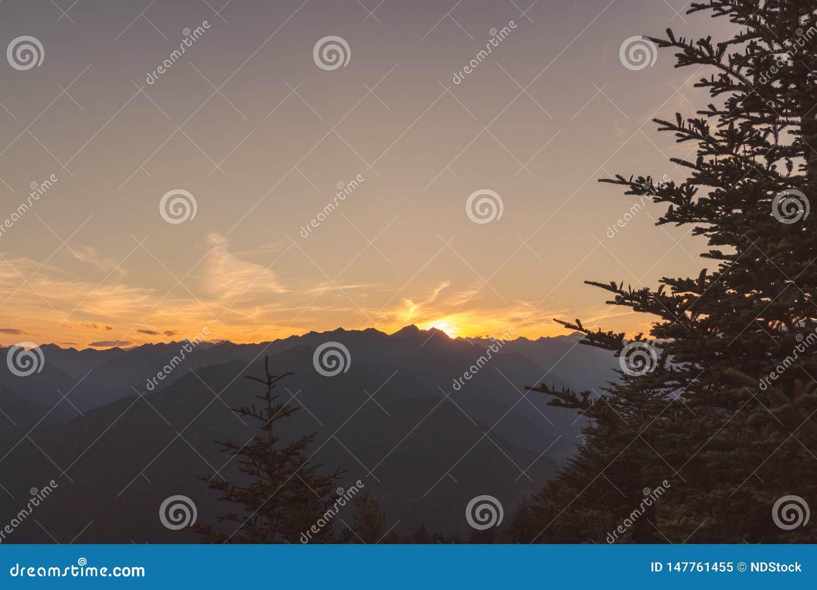 Panorama von Terre di Pedemonte und von Centovalli vom cimetta w?hrend des Sonnenuntergangs
