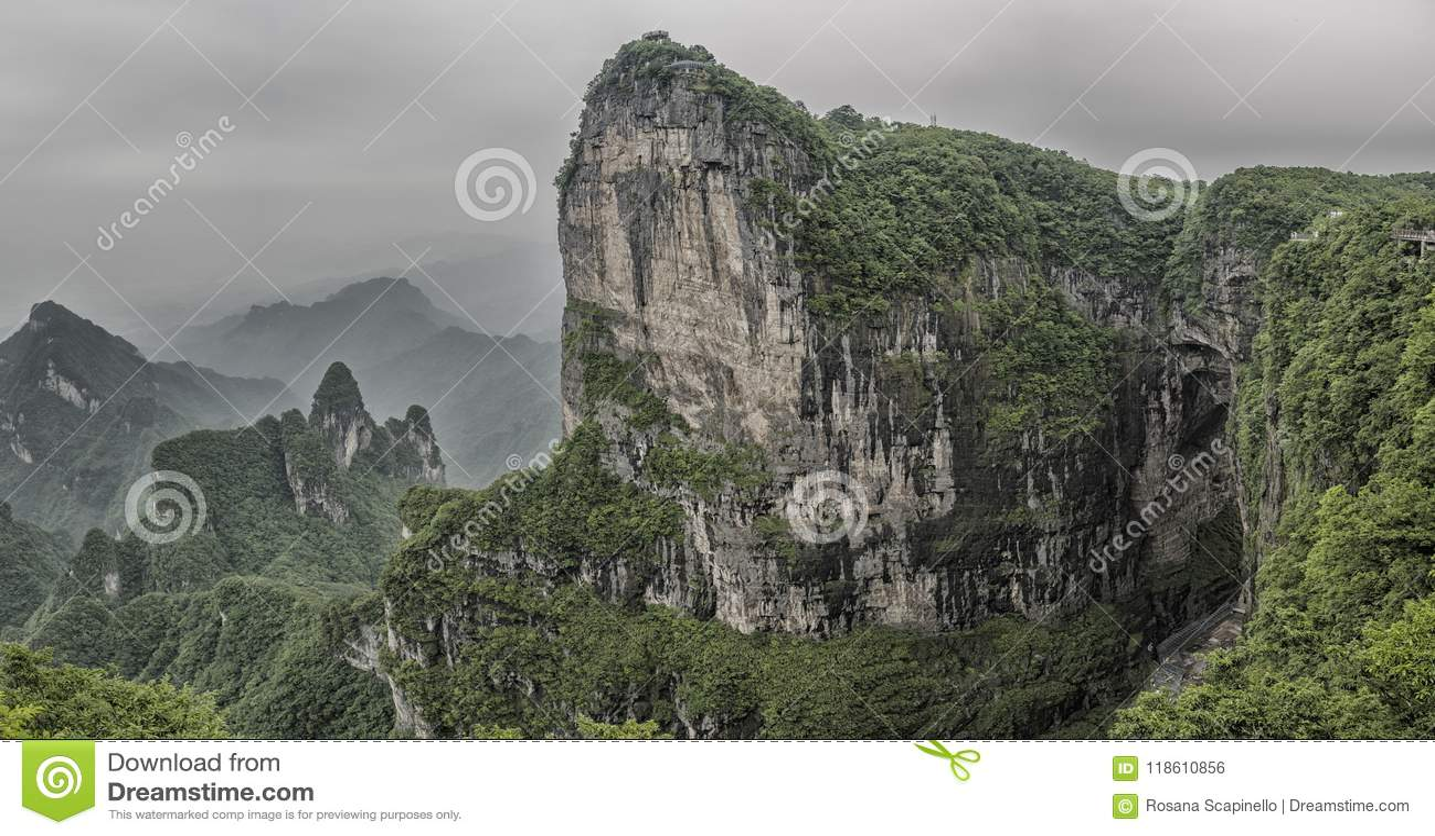 Panorama : Vue artistique dramatique de la crête de montagne de Tianmen avec vue sur la caverne connue sous le nom de porte du `