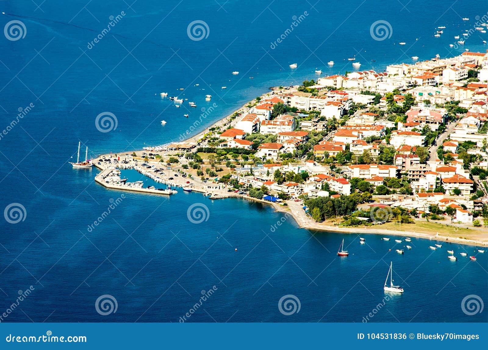 Panorama widoku przylądek Kameny Vourla miasto i morze egejskie, turysta