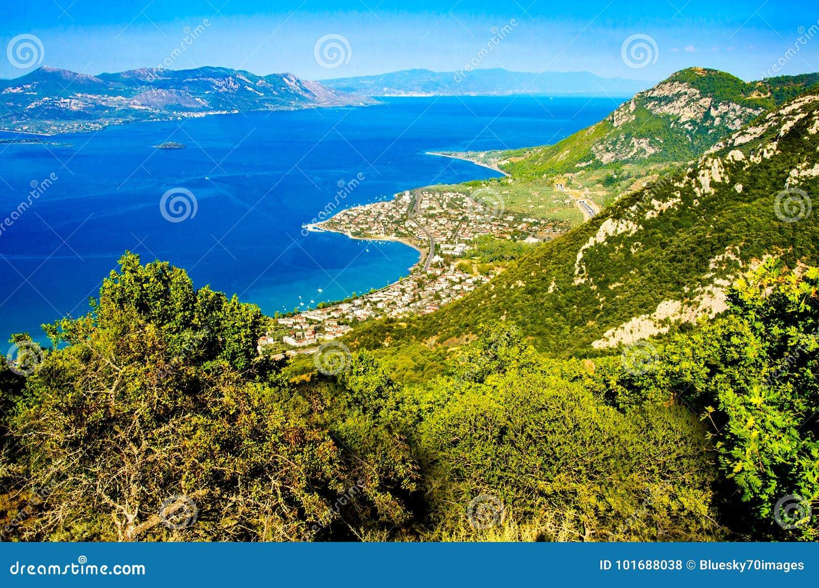 Panorama widoku przylądek Kameny Vourla morze egejskie i miasto Touris